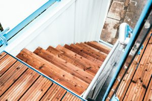 Containerumbau mit Holz
